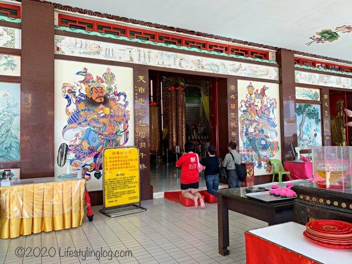 クアラルンプールの天后宮(Thean Hou Temple)の本殿前でお参りをしている人々