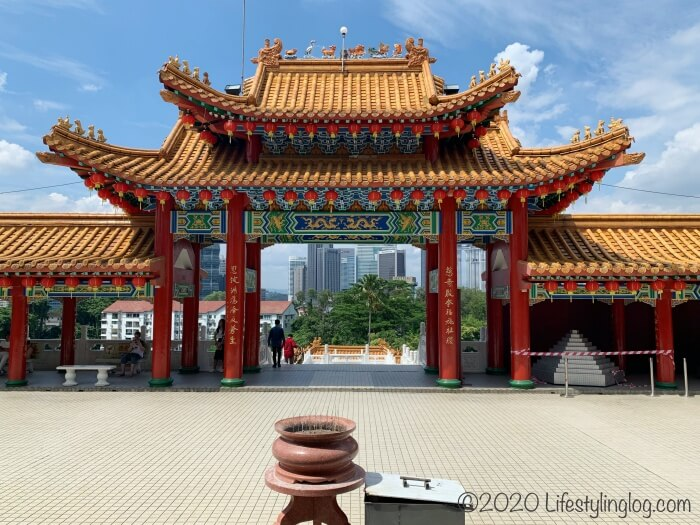 クアラルンプールの天后宮(Thean Hou Temple)の本殿前から見えるメインゲート