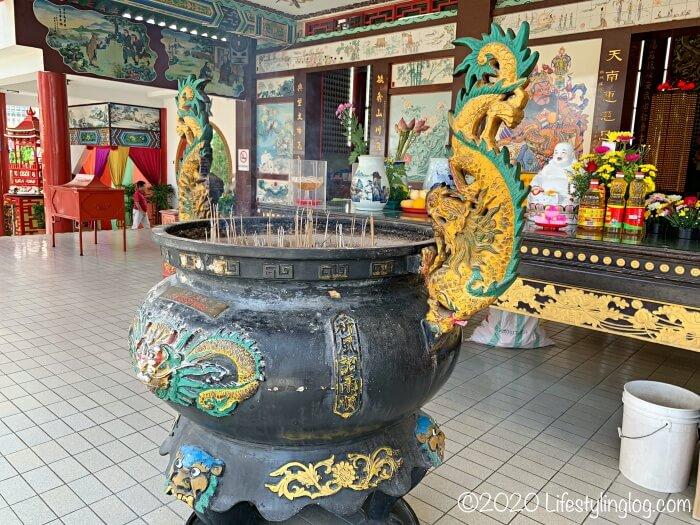 クアラルンプールの天后宮(Thean Hou Temple)の本殿前にある香炉