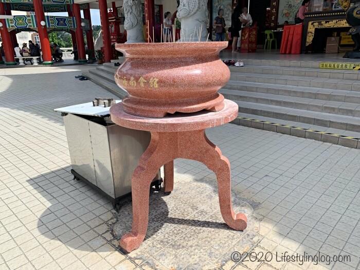 クアラルンプールの天后宮(Thean Hou Temple)のメインゲート近くにある香炉