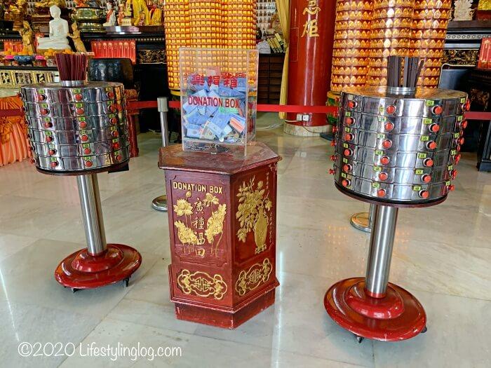クアラルンプールの天后宮(Thean Hou Temple)の本殿内にあるおみくじ、求籤(Kau Chim)