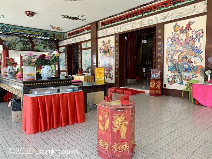 クアラルンプールの天后宮(Thean Hou Temple)の本殿前にあるお供え物を置く台とお線香