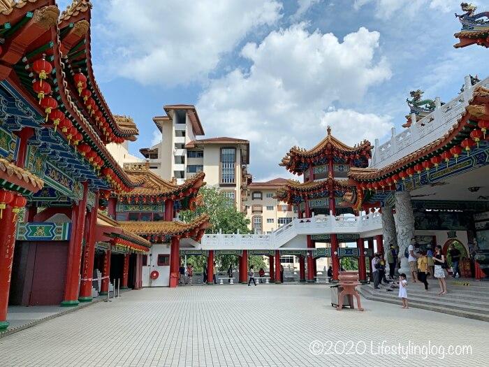 クアラルンプールの天后宮(Thean Hou Temple)のメインゲートの方向にお参りしている人々