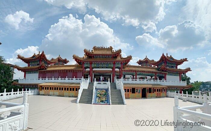 クアラルンプールの天后宮(Thean Hou Temple)のメインゲート正面からみた風景