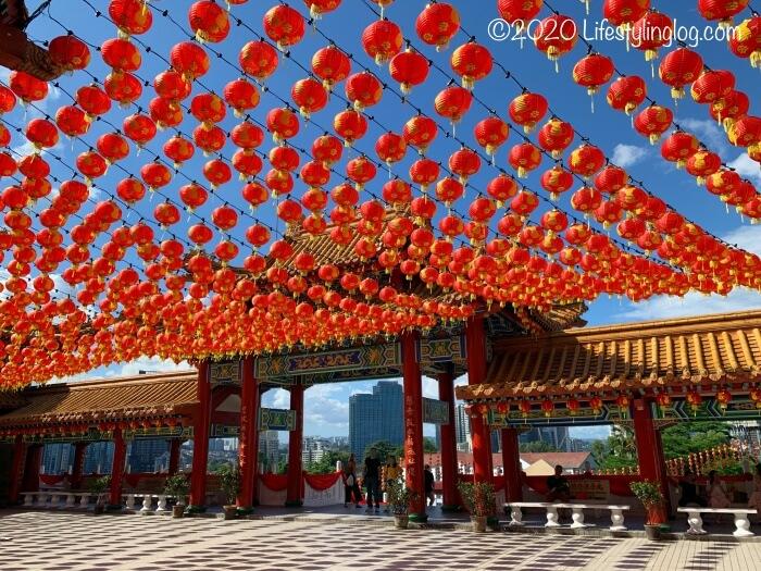 提灯が吊り下げられたクアラルンプールの天后宮(Thean Hou Temple)のメインゲートエリア