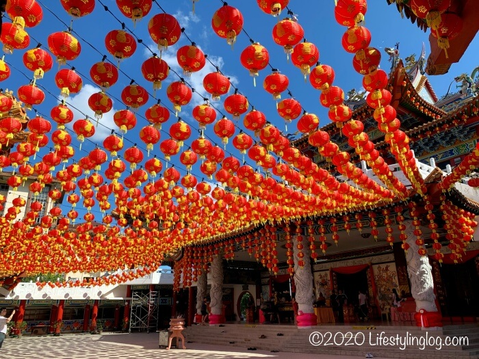 提灯が吊るされた春節の時期のクアラルンプールのある天后宮(Thean Hou Temple)