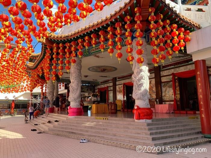 土足厳禁になっているクアラルンプールの天后宮(Thean Hou Temple)の本堂エリア