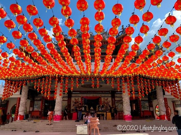 本堂前に吊り下げられたクアラルンプールの天后宮(Thean Hou Temple)