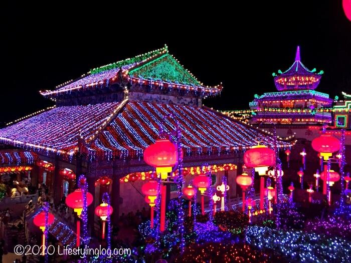 色鮮やかにライトアップされた極楽寺(Kek Lok Si Temple)