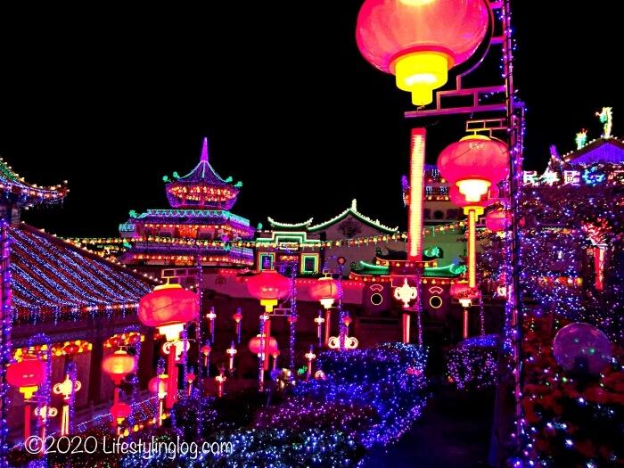 春節の時期にライトアップされたペナンの極楽寺(Kek Lok Si Temple)