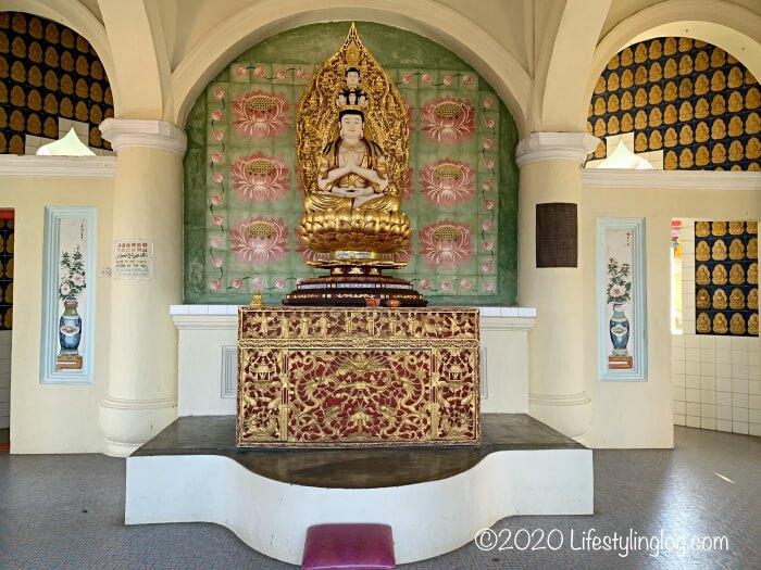 極楽寺(Kek Lok Si Temple)のパゴダ内の上階にある仏陀像