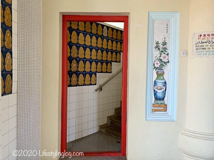 極楽寺(Kek Lok Si Temple)のパゴダ内にある上階に続く階段