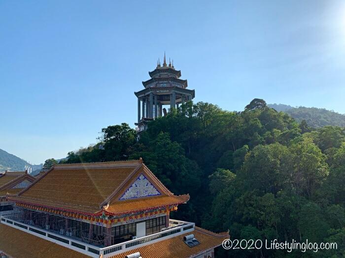 極楽寺(Kek Lok Si Temple)のパゴダから見える巨大観音像