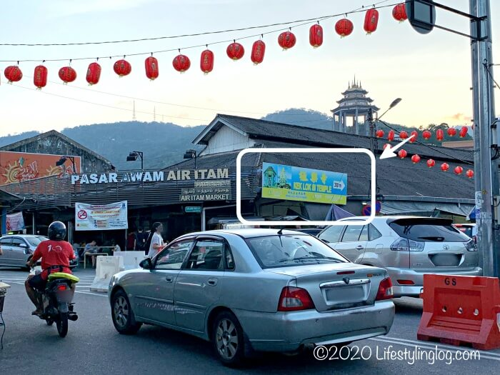 Penang Air Itam Laksaのお店にある極楽寺(Kek Lok Si Temple)の看板