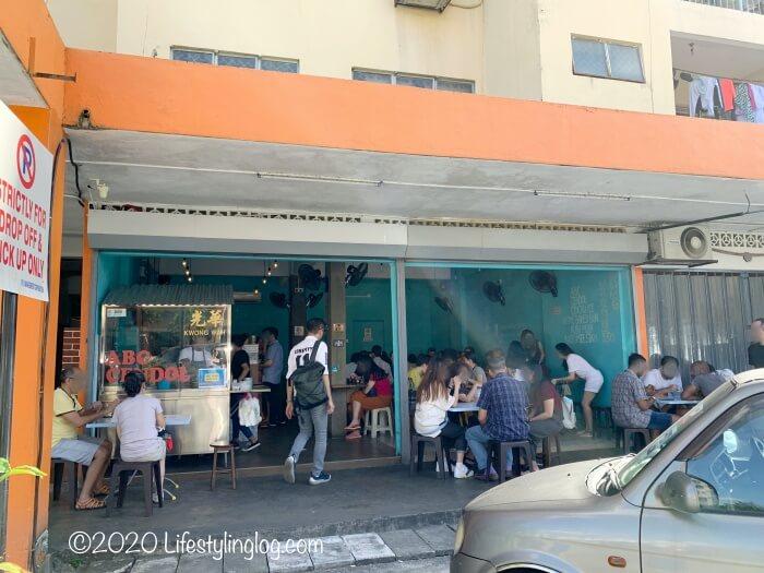 Kwong Wah Ice Kacang(光華)で食事をする人々