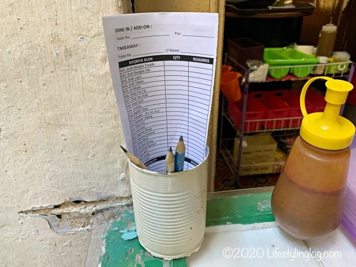 Moh Teng Pheow Nyonya Koay(莫定標娘惹粿廠)のテーブル席にある注文票