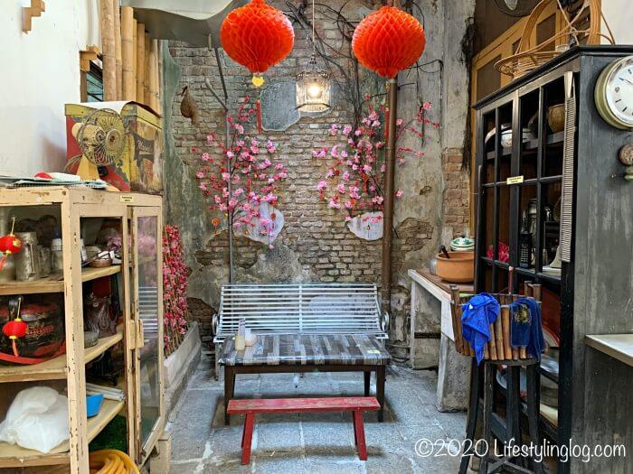 レトロな小物がディスプレイされたMoh Teng Pheow Nyonya Koay(莫定標娘惹粿廠)の飲食スペース