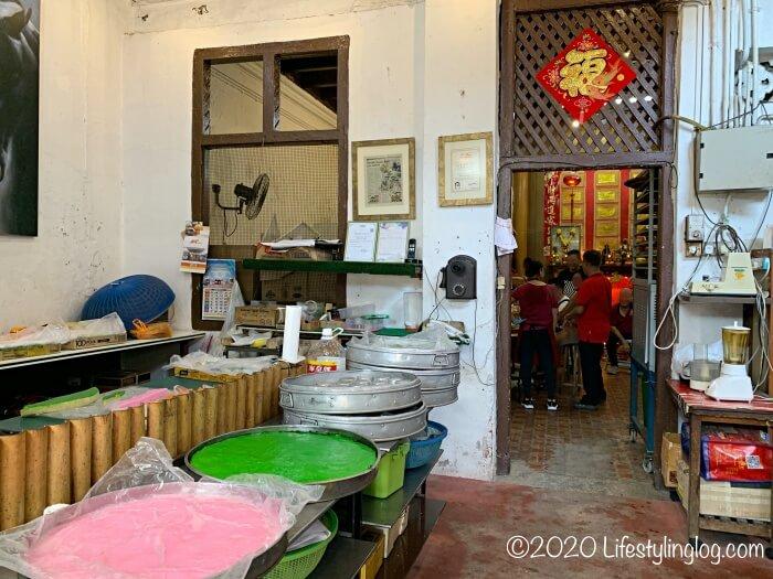 Moh Teng Pheow Nyonya Koay(莫定標娘惹粿廠)の工場部分から飲食スペースに繋がるドア