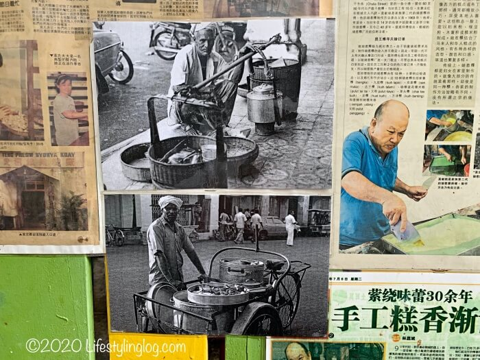 Moh Teng Pheow Nyonya Koay(莫定標娘惹粿廠)に展示されているニョニャクエを販売するインド人商人と2代目のオーナー