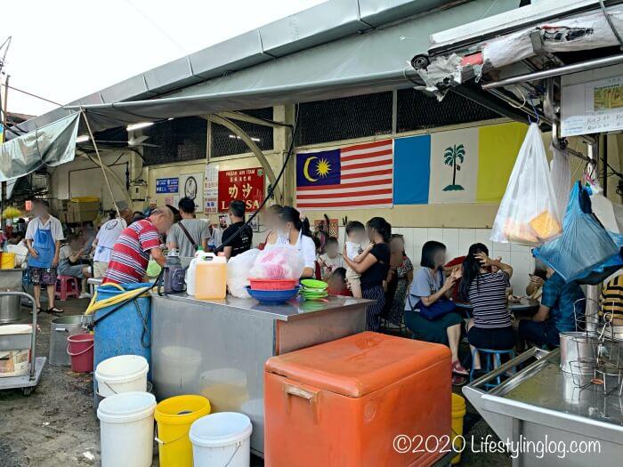 Penang Air Itam Laksaで食事をする人々