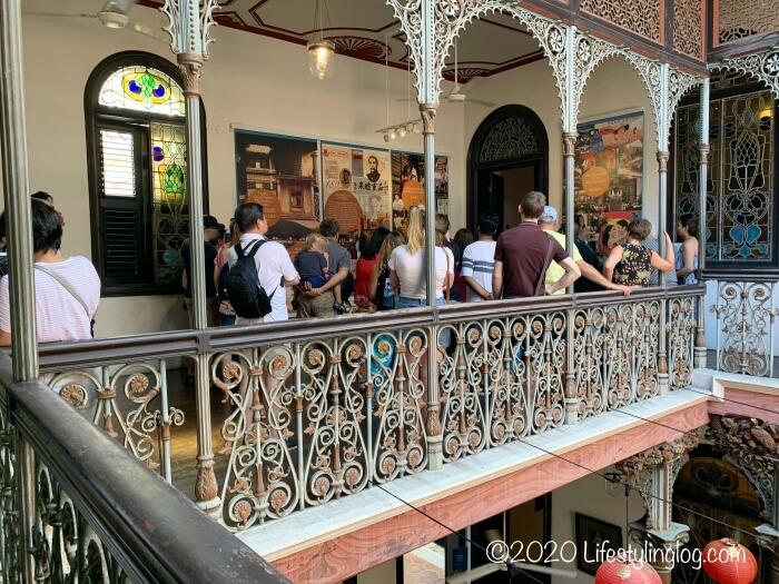 ブルーマンション(Cheong Fatt Tze Mansion)の見学ツアーに参加している人々