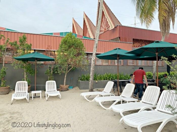 ペナンのBatu Ferringhi(バトゥフェリンギ)にあるスターバックスのビーチデッキチェア