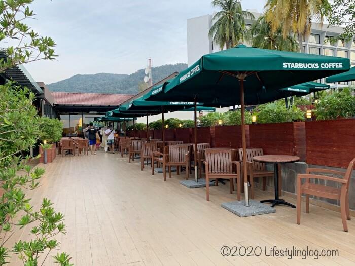 ペナンのBatu Ferringhi(バトゥフェリンギ)にあるスターバックスのビーチ側の座席