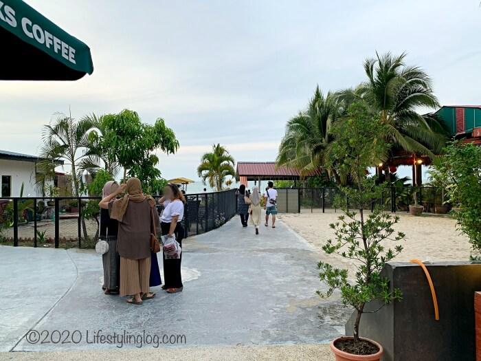 ペナンのBatu Ferringhi(バトゥフェリンギ)にあるスターバックスからビーチに繋がる通路