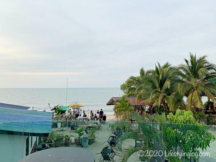 ペナンのBatu Ferringhi(バトゥフェリンギ)にあるスターバックスのサンセットバーから見えるビーチ