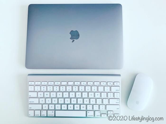アップルのワイヤレスキーボードを使っているところ