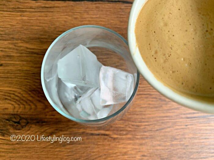 氷を入れたグラスにChamを注いでいるところ