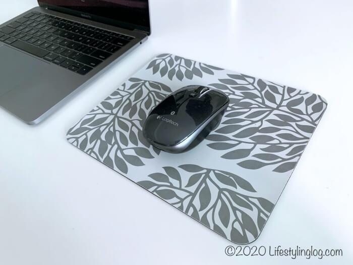 マウスパッドの上で使っているロジテックのマウス