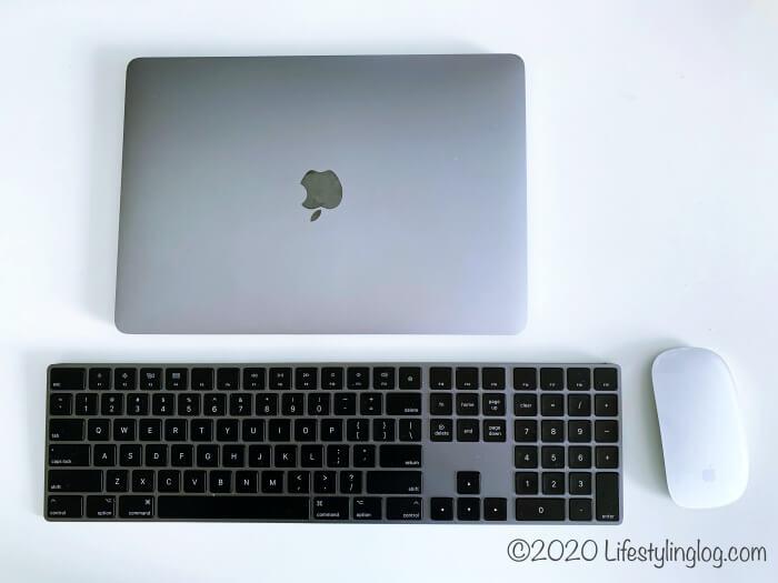 テンキーつきMagic Keyboard(マジックキーボード)を使っているところ