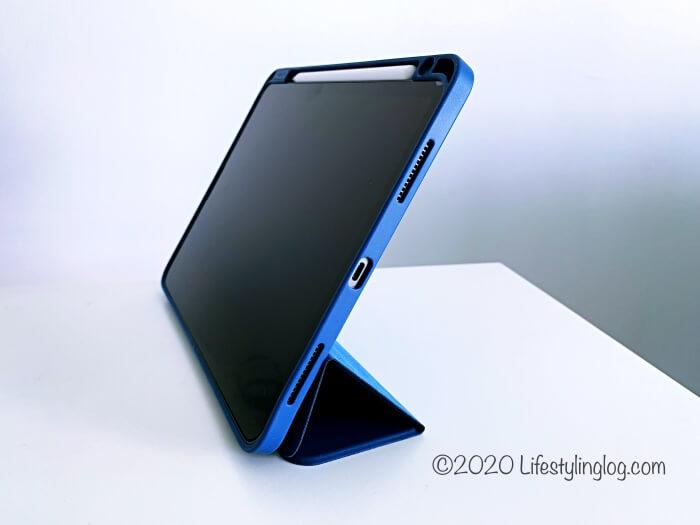 観賞モードの角度にしたZtotopの11インチiPad Pro(第1世代)用ケース