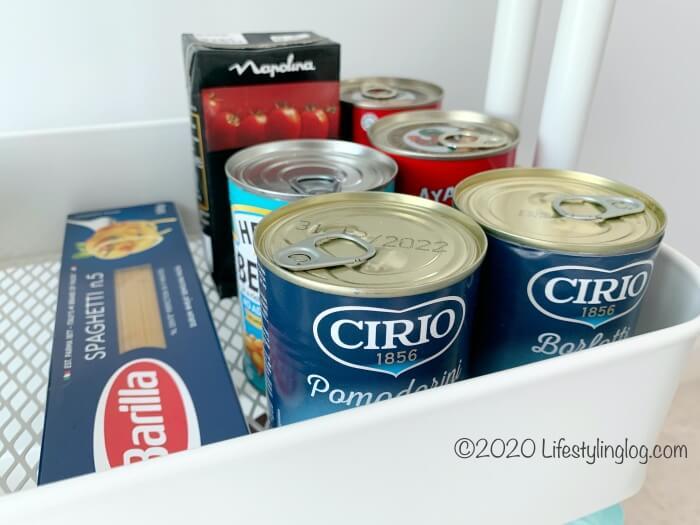 缶詰やパスタを置いたRÅSKOG(ロースコグ)のワゴン