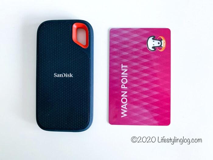 SanDisk(サンディスク)のポータブルSSDとカードの大きさ比較