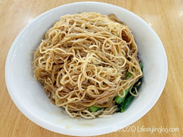 混ぜ合わせた龍師傅港式竹昇麵家(Loong Sifu Bamboo Noodle House)のチャーシューワンタンミー