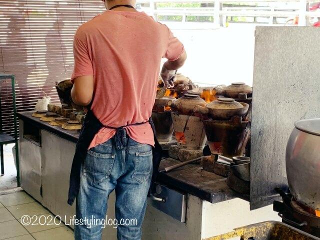 Heun Kee Claypot Chicken Riceの店先でクレイポットチキンライスを作っているところ