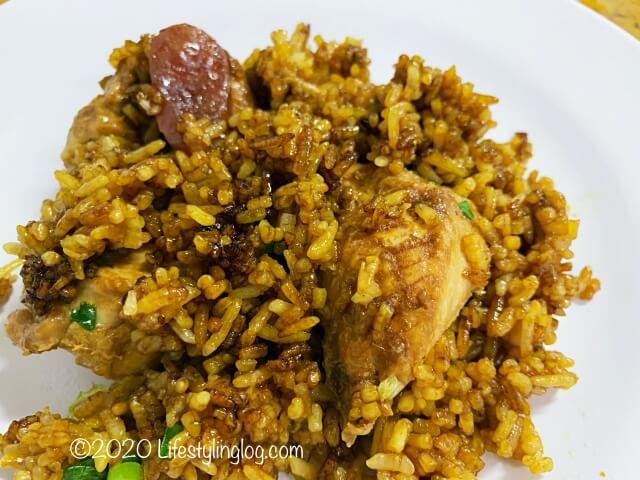 混ぜ合わせたHeun Kee Claypot Chicken Riceのクレイポットチキンライス