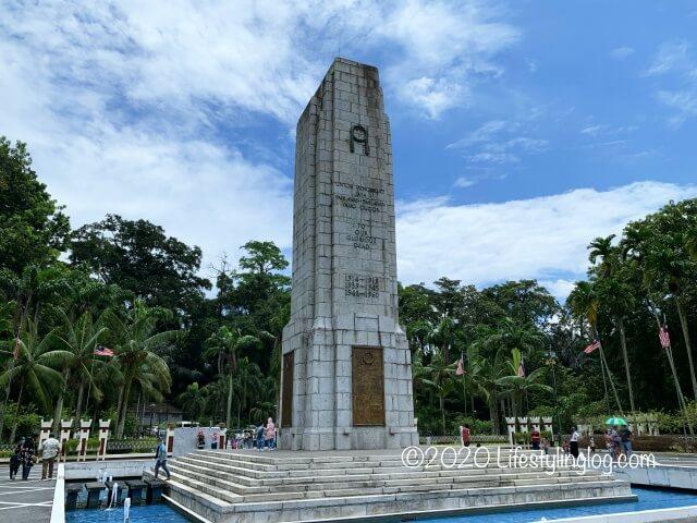 国家記念碑近くにある慰霊碑