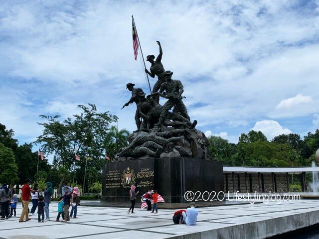 国家記念碑を見学する人々