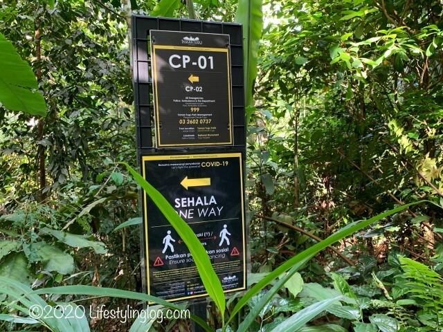 Taman Tuguのメイントレイル内にある道順を示す標識