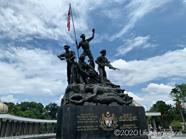 7つのブロンズ像から構成されている国家記念碑