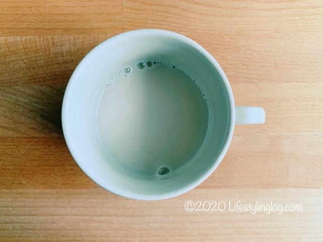 マグカップに入れたアーモンドミルク