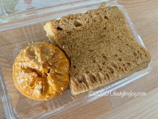 Nyonya Heritage(ニョニャヘリテージ)の马来糕(Steamed Malay Sponge Cake)と雞肉燒包