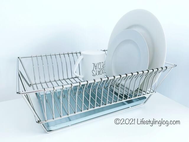 食器をのせたFINTORPフィントルプの水切りかご