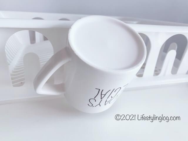 IKEA(イケア)FLUNDRA フルンドラの水切りかごにマグカップを差しているところ