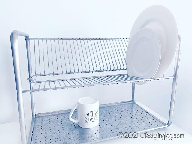 食器をのせたIKEA(イケア)ORDNING オルドニングの二段水切りラック