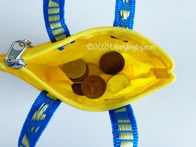 硬貨を入れたIKEA(イケア)KNÖLIG(クノーリグ)のバッグ