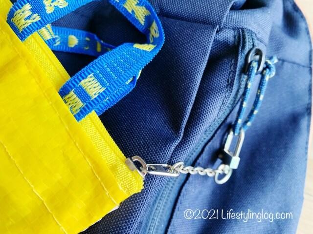バックパックにつけたIKEA(イケア)KNÖLIG(クノーリグ)のバッグ